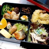 【日替わり弁当一例】こだわりの食材を使ったお弁当は全て手作り!お部屋でゆっくりお召し上がりください。