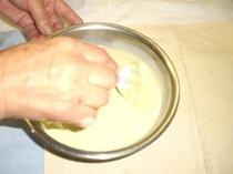 手作り豆腐の見学中です。混ぜているところです♪