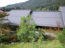 当館の裏山から見る新館と山々