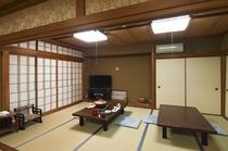 広間のお食事処です。障子を開ければ、絶景、日本海・竹野浜が。 座敷椅子もあり(数に限りあり)ます。