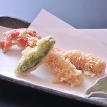 カニの天ぷらの一例。 地元で精製されたミネラルたっぷりの竹野の塩♪で、お召し上がりください。
