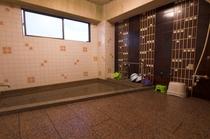 浴室の一例。 温泉ではありませんが、平日等ご予約状況によっては、貸切りも可です。到着後お問い合せを。