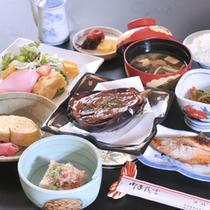茄子田楽、干しカレイ、玉子焼き、お豆腐、和え物、サラダ・・・身体に優しくボリュームもある、朝食の一例