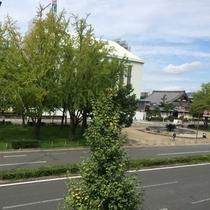 東本願寺が目の前!春はさくら、秋にはイチョウをお楽しみいただけます.jpg