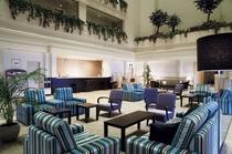 吹き抜けのロビー。客室は「陸側」と「海側」に別れていて、高層階の客室からはそれぞれの眺望が楽しめる。