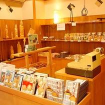 *土産コーナー/下呂温泉・飛騨の銘菓や特産品をご用意しています。