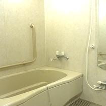 バリアフリールームのバスルーム