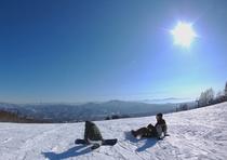 1500m級の山々を見下ろすゲレンデ山頂