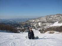 雄大な雪景色を見下ろすゲレンデ
