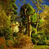 【中庭】手入れの行き届いた庭は、夜になると幻想的!