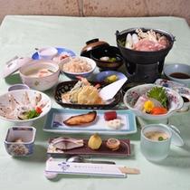 *お夕食一例/季節の旬と地元の食材を活かした会席料理をお愉しみ下さい。