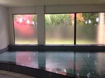 紅葉に染まる景色を大浴場から眺める
