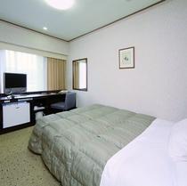 ◆ダブルエコノミー◆広さ14平米◆ベッド幅140cm◆明るく広々としたデスクをご用意♪