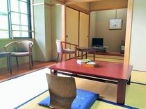 広めの和室(10畳+テレビの前に3畳のスペース)