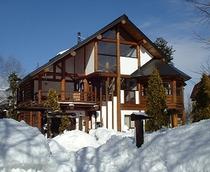 雪のログホテル外観
