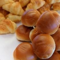 朝食ブッフェメニューの一例〜こちらは『バターロール』と『クロワッサン』