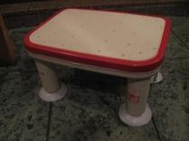 足の不自由な方、半身浴を楽しみたい方用の浴室用の椅子です。ご利用時はご連絡ください。