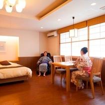 客室: 温泉付広々特別室/バリアフリールーム(リビング)