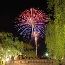 夏は温泉街に花火が上がります!1