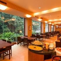 朝食は「河鹿亭」にて景色を見ながらごゆっくりどうぞ