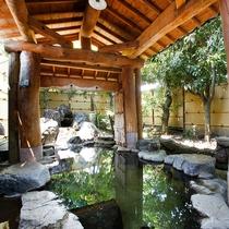 大浴場(露天風呂/女性)…緑と岩に囲まれた源泉100%掛け流し加温無し〈宿泊者無料〉