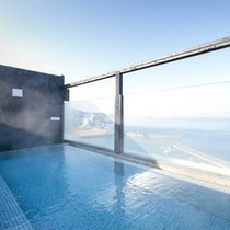 別館7階にある屋上露天風呂「天空の湯」。雄大な海の絶景をお楽しみください