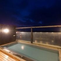 陽が暮れた後の屋上露天風呂「天空の湯」。夜の海も神秘的です