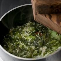 九州では親しみ深い、味も香りも強い高菜を釜飯にしました。 しっかりした歯ごたえがご飯によく合います。