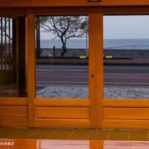 玄関からも綺麗な海がご覧になれます