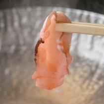 薄切りにした蛸の『走り蛸のしゃぶしゃぶ』はクセがなく蛸本来の甘さとコリッした食感が美味しさの秘訣。