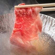 脂ののった牛をしゃぶしゃぶで。程よく脂が落ち、口の中に入れるととろける芳醇な味わいです。