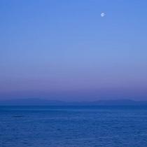 海の上に浮かぶ月。こんな絶景が見られるのも海辺の宿ならでは