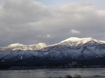 宿からのぞむ冬の金北山