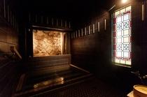 ステンドグラスが印象的な貸切風呂「泉の湯」