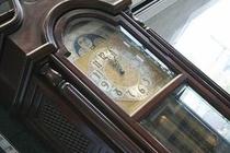エントランスにある柱時計がゆっくりとした時を刻みます。