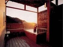 屋上には海と夕日を見渡す掛け流しの露天風呂があり、無料で貸し切り可能。