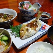 旬の魚をの焼魚。自家製の味噌を塗ってお出しいたします。
