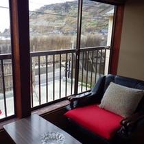 客室一例:窓から見える間垣を眺めてお寛ぎください。