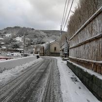 雪の日の当館。写真を撮りに来られる方もいる風情ある景色です。