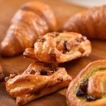 朝からレストラン「アゼリア」内パンを焼き上げて提供!