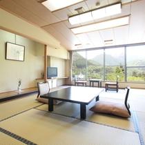 谷川連峰側に面した和室。昭和レトロを感じるたたずまい。ご夫婦、家族、あらゆる目的にお応えします。