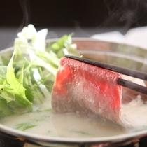 豆乳しゃぶしゃぶでは牛肉や豚肉を豆乳出しのなかで湯がきます。
