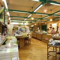 売店「地球のキッチン」豊富なお土産とカラダに優しい商品のコーナーも。