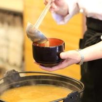 【朝食】ホテル自家製の味噌を使ったお味噌汁です。