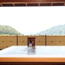 露天付特別室【風花】の檜風呂