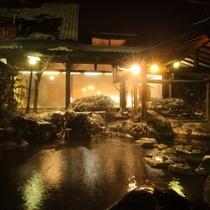 露天風呂「瑠璃の湯」広々と開放感溢れる露天風呂は地域最大級。もちろん源泉掛け流し。