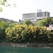 赤谷湖からの猿ケ京ホテル