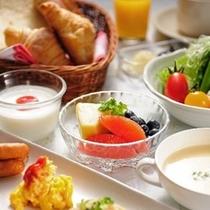 【朝食:豆腐屋さんのバイキング】パンやサラダ等洋食メニューも充実!