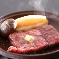 【牛ステーキ】ご自身で焼いていただくスタイルです。お好きな焼き加減でお召し上がり下さい。