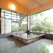 貸切家族風呂【楓の湯】は6名様まで入れる大きめのお風呂。